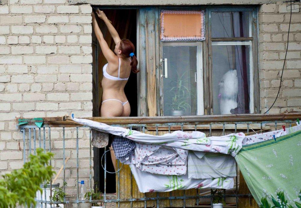 Девочка секс подглядел в окне