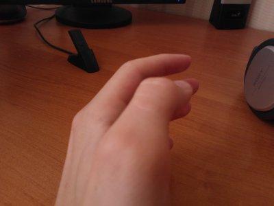 Девушка вставляет себе пальцы