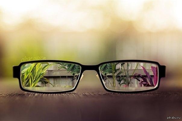 Примерно вот так видит человек с плохим зрением в очках и без них