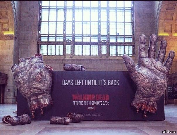 Реклама продолжения Ходячих мертвецов За каждый день до премьеры, по пальцу )))Реклама на жд вокзале