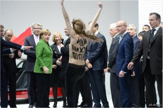 Выражение лиц-бесценно Выставка в Ганновере,активистки Femen прорвались к стенду Volkswagen, когда его осматривали Путин и Меркель