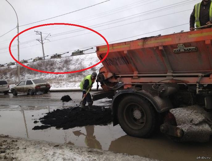Россия снова ) Кидают холодный асфальт, позволяет проводить ямочный ремонт дорог до установления положительных температур