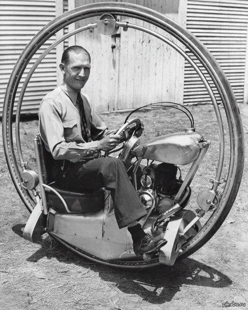 Нечто подобное я уже где-то видел...) Уолтер Нилссон (на фото) является изобретателем данного моторизованного одноколесного велосипеда. Американец, между прочим) А в говорите, тупые, тупые. :)