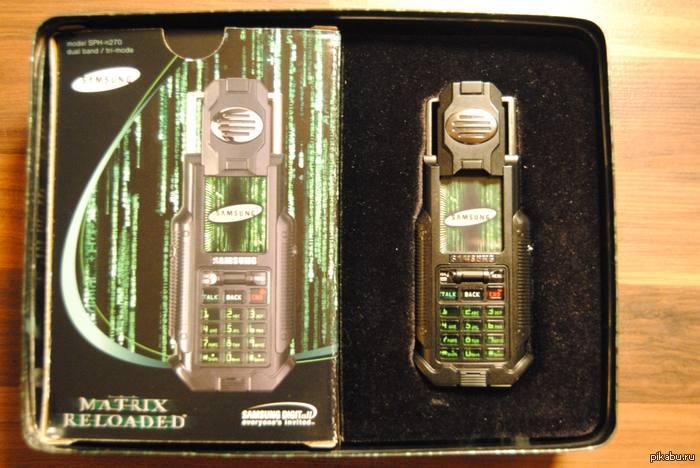 C 2002 года мечтаю... Samsung SPH-N270. Матрица-фон. Сколько бы не следил за лотами, всегда не успеваю его приобрести...Мне кажется в свете событий очень оригинальная игрушка.