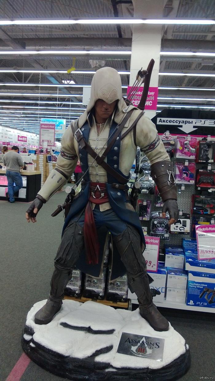 Assasin Вообщем, я был в медиа-маркете , хотел купить игру, и увидел классный манекен Assasina, стоящий в разделе игр. Жаль кто-то его изрисовал (лицо)  :(