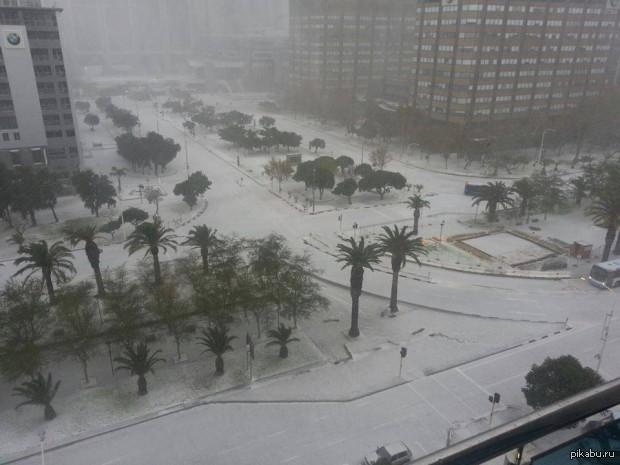 Негр и выпавший снег