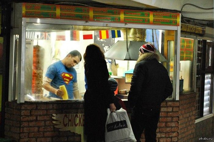 Обычный вечер супермена. Вот кто делает шаурму в Донецке. Фото не мое)