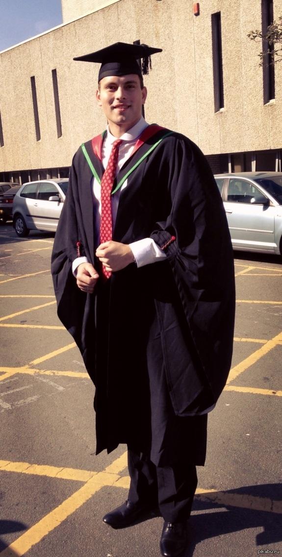 Наконец-то закончил университет в Британии :) бакалавр экономических наук, факультет бизнеса и управления :) переехал сюда 8 лет назад жить и учиться.