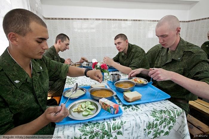 Вот так нынче кормят в армии Это конечно в отдельных частях, но тенденция очень здоровая. Раньше было совсем не так...