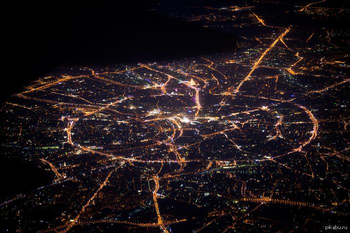 Москва в иллюминаторе а вокруг темнота...