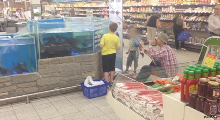 Рыбак 79 ступени Он сделал мой день! Парень рыбачит в супермаркете (г. Вильнюс). Фотка не моя. Подробнее внутри...
