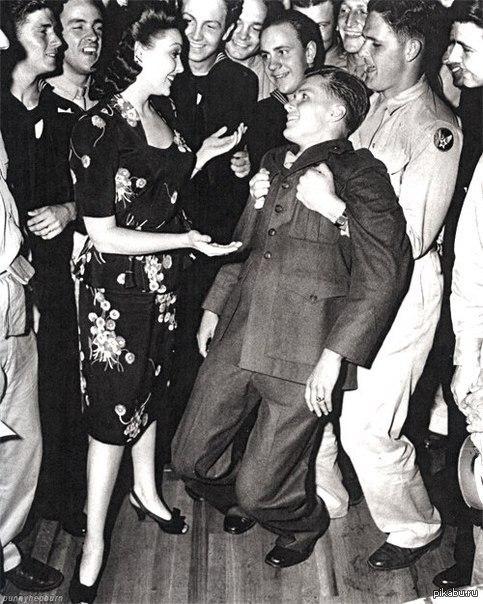 "У солдата ""подкосились ноги"", когда популярная актриса Линда Дарнелл пригласила его на танец, 1940-е."