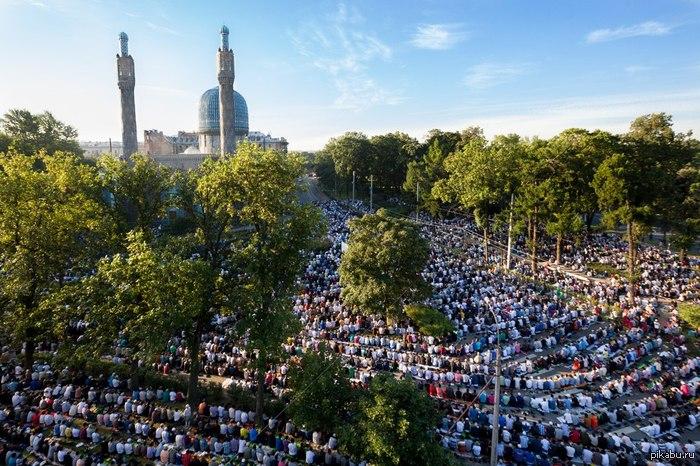 В Петербурге мусульмане отметили ураза-байрам, создав огромную пробку на Горьковской внимание, особо опасная концентрация ярости в комментариях)