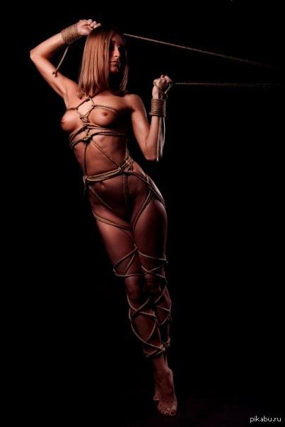 Связали веревками девушку