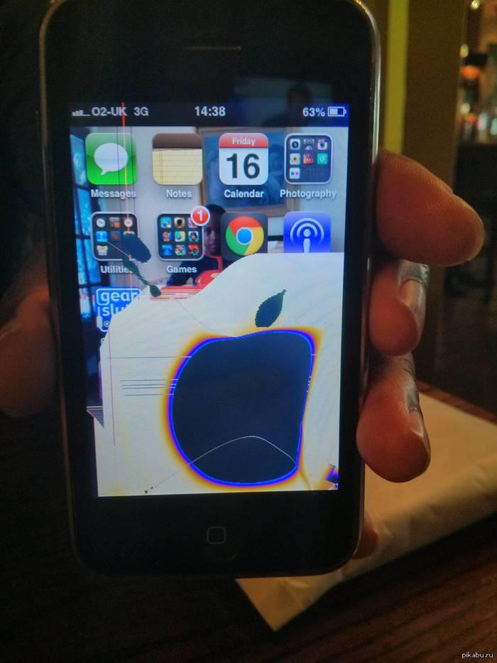 Друг разбил экран, результатом стал знакомый логотип.
