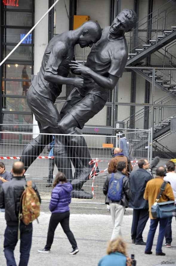 Вот такой памятник есть в Париже) Зидан vs Матерацци)
