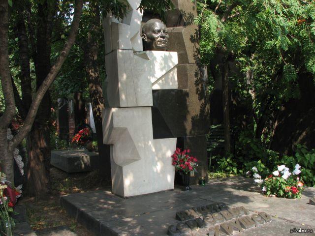 Надгробие хрущева Ваза. Габбро-диабаз Краснослободск, Волгоградская обл.