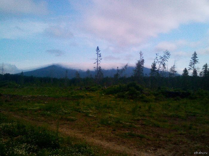 Гора Качканар. ( с другой стороны ) Сегодня вчера съездил к бабушке в посёлок и сделал вот такой кадр. P.S. Простите за качество , телефон не очень.