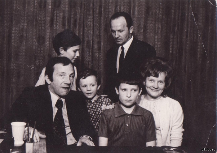 Ну понеслась так понеслась что там Чак Норисы,свои кумиры были,мой отец мальчиком справа с Савелием Крамаровым 1973 год