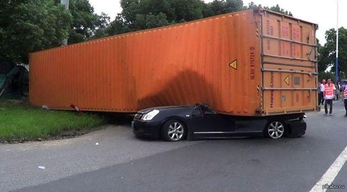 Провинция Цзянсу, Китай. Огромный контейнер упал с грузовика на седан Nissan. В легковушке ехала женщина, которая чудом отделалась только испугом... стрём стрёмный (внутри еще фото)