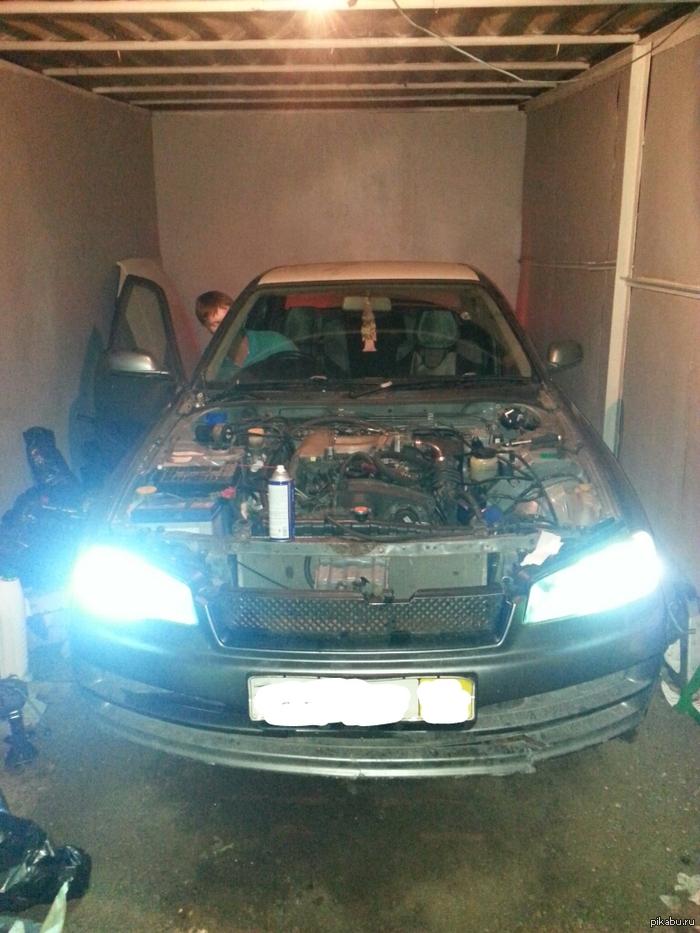 Завели наконец)) Делюсь радостью) строим с другом корч ( Nissan Skyline R34, чистокровный JDM), 2 недели ставили новый двигатель (RB25 Neo), и вчера вечером завели))