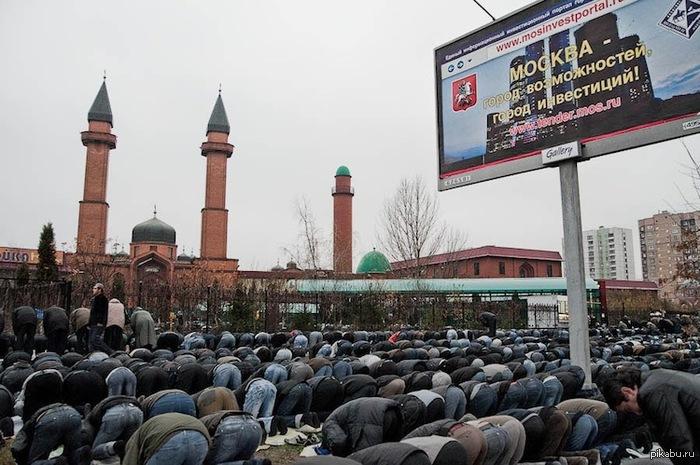 Насчет событий в Бирюлево просто напомню, что завтра Курбан-Байрам. Около 150 тыс. мусульман выйдут на улицы Москвы для совершения молитв и жертвоприношений.