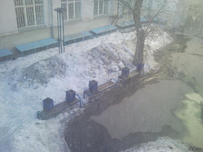 Вот так зимуют урны в МИИТе а то что фонарь на треть под снегом всем пофиг