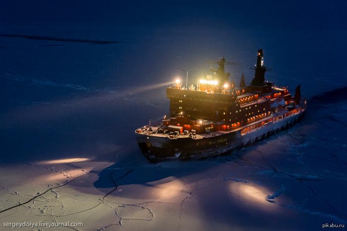 Фотографии ледокола с воздуха на Полюсе в условиях полярной ночи в комментариях- еще