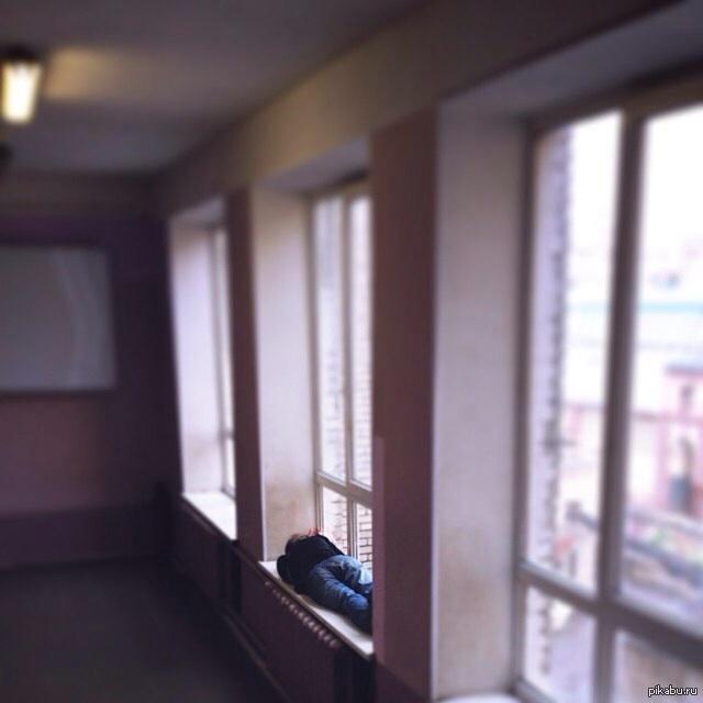 В ИТМО студенты любят сон... Вот такую картину увидел в ИТМО, на 4 этаже, примерно в пол третьего