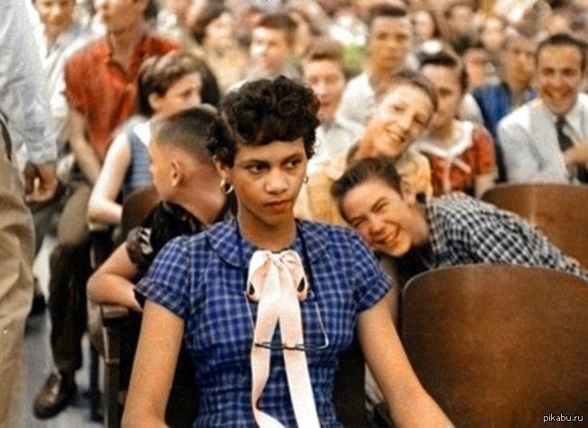 Первая чернокожая ученица в старшей школе Дороти Каунтс, первая чернокожая ученица в старшей школе имени Гарри Хардинга. Через 4 дня родители забрали ее из школы. Шарлотт, Северная Каролина, 1957