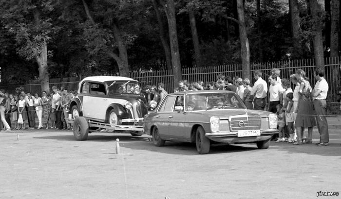 Про благосостояние в позднем СССР на примере одной фотографии начала 80х Известный советский коллекционер старинных автомобилей В. Солодовкин перевозит свой уникальный старинный заднемоторный мерседес.