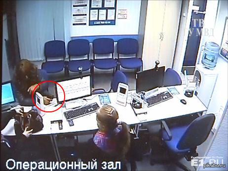 """В Екатеринбурге мужчина в рыжем парике и женском пуховике обчистил два павильона """"Быстрые деньги"""""""