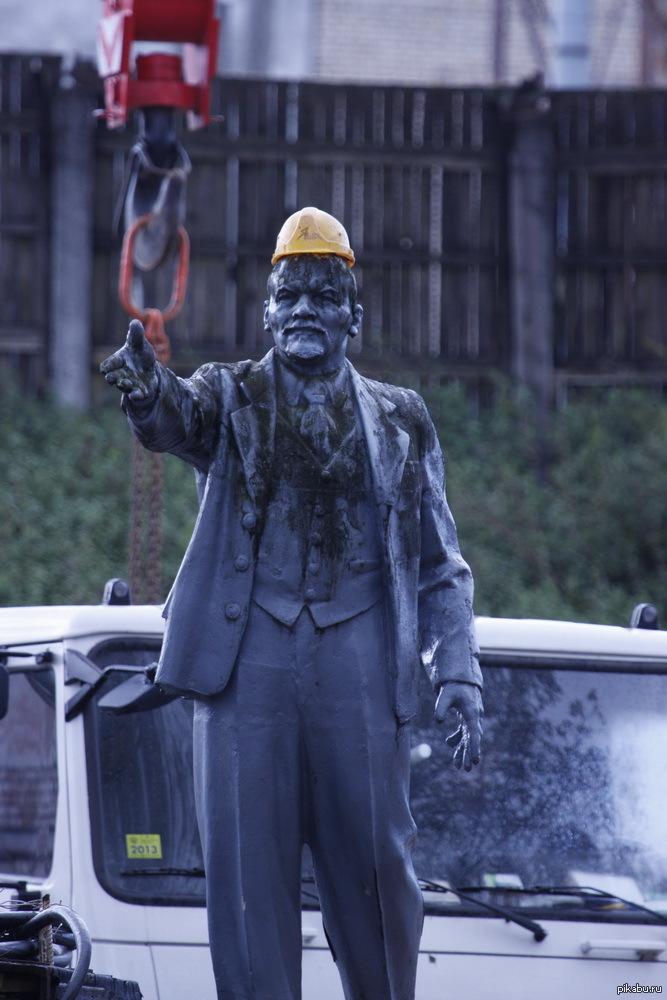 Видать, коммунизм строит Через пару дней он обзавёлся строительной жилеткой, а ещё через пару - ушёл куда-то.