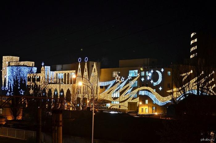"""Киевская фабрика """"Рошен"""" ночью. Украшена к новому году. В комментах еще фотка."""