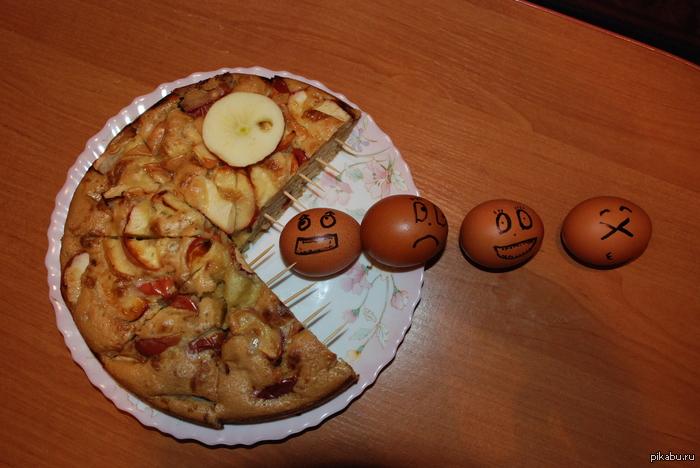Пирог Pacman Вот такой получился пирог. Идея пришла внезапно, точнее после того как съел четвертую часть) Кому интересно могу выложить анимацию как он эти яйца ест