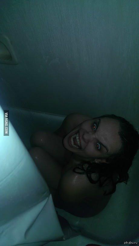 мультяшный герой купает телочку в душе