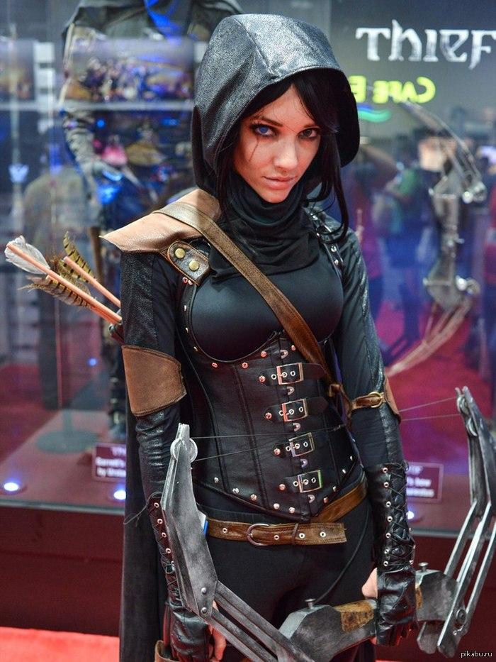 Женский косплей Гаррета из игры Thief. внутри ещё