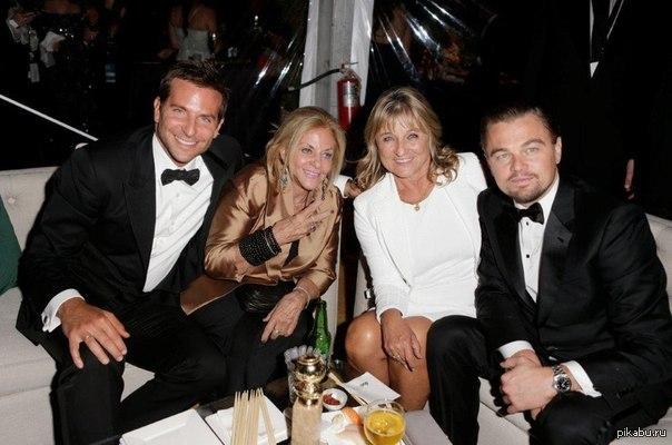 Купер и Ди Каприо со своими мамами п.с. я сначала подумал, что рядом с Купером сидит Линдси Лохан))). Уж сильно её наркотики изменили.