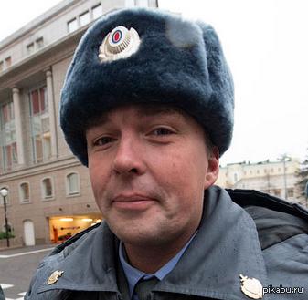 Нет, серьезно, надоели. Полицейский Иван Петров в городе Мухосранске спас семью от возможного возгорания. Он выломал дверь и вынес 60-ти дюймовый телевизов из квартиры.