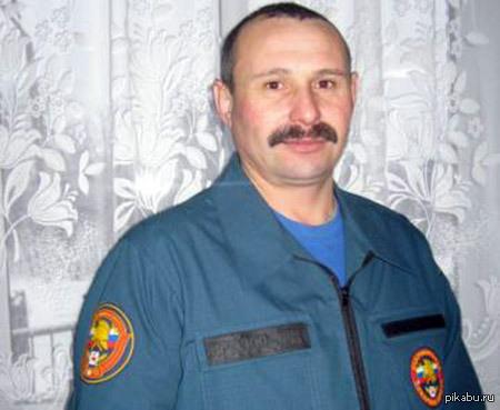Добровольный пожарный из Нижегородской области спас женщину на пожаре. Александр Моляев. Почувствовав запах дыма, он сразу бросился на помощь. Александр взломал дверь квартиры и вынес женщину на руках.