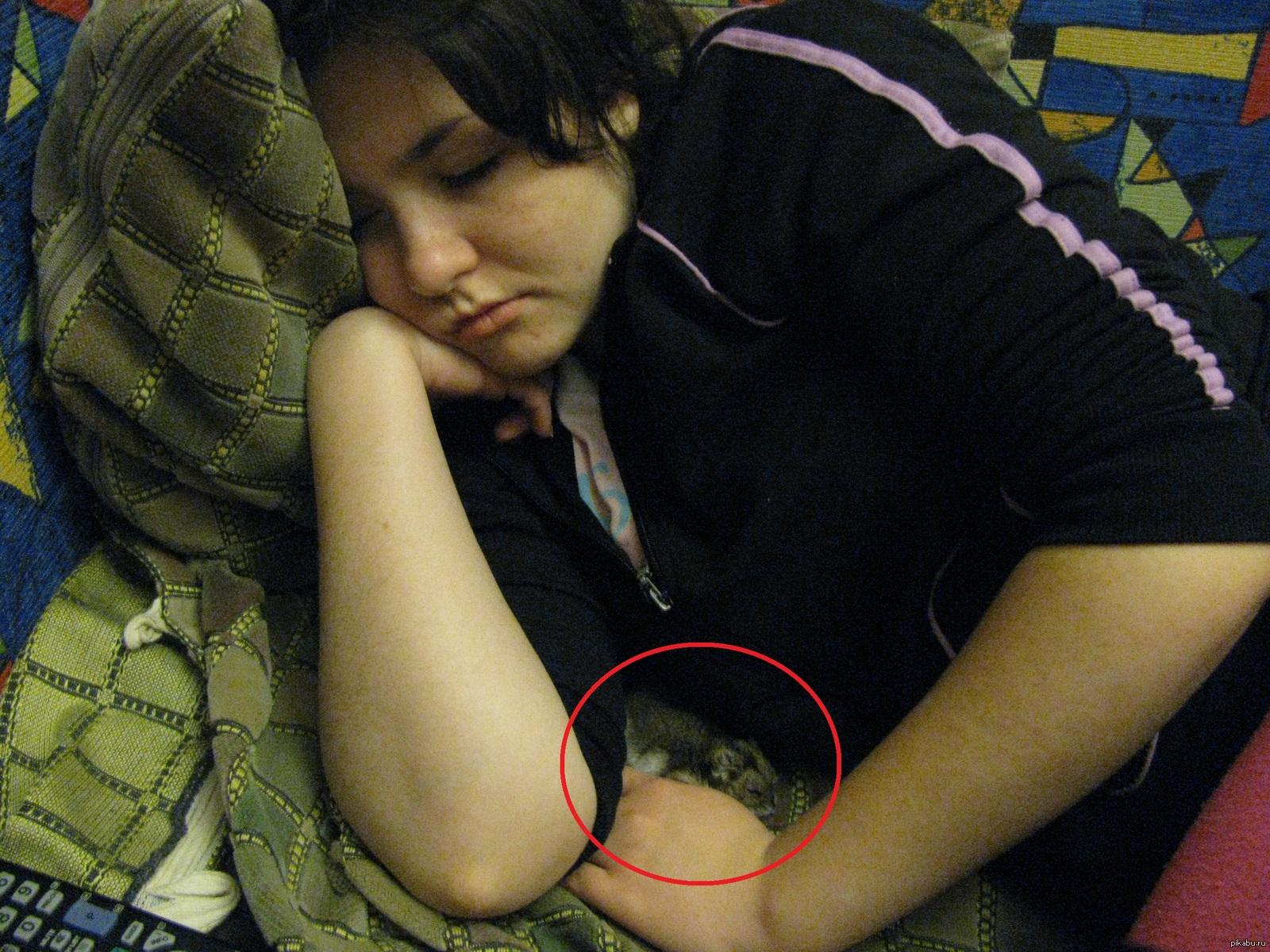 Спящая сестра сфоткал, Брат сношает спящую сестру 14 фотография