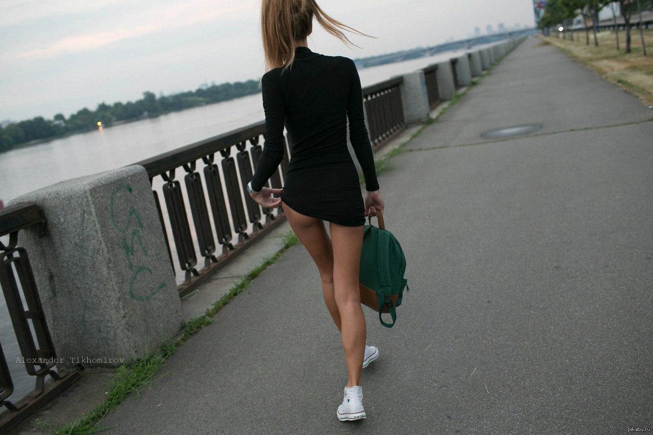 krasivaya-popa-na-ulitse-foto-porno-v-parke-devushka-v-krasnom-na-lavochke