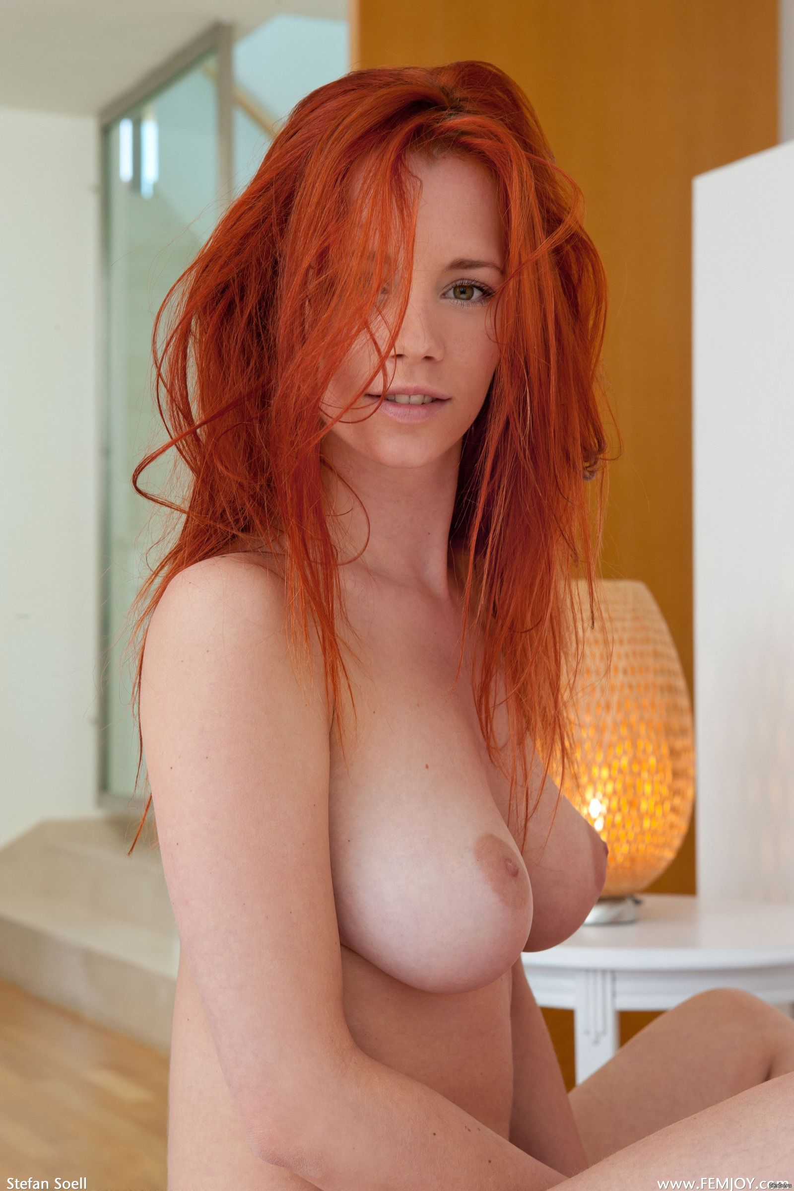 Рыжая киска с красивой грудью