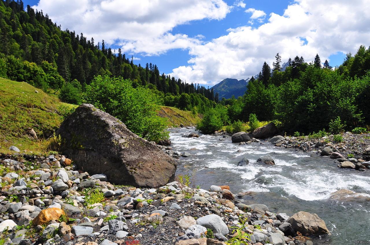 На камне у горной реки