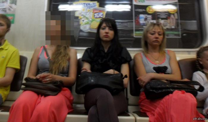 Мода такая мода Харьковское метро. По-моему, за все время поездки они так и не увидели друг друга.  Ладно юбки одинаковые, но даже кант на майке!...
